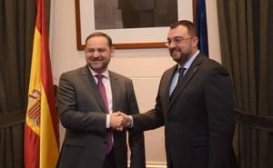 Barbón se reúne con el ministro de Fomento para buscar soluciones al caos de cercanías