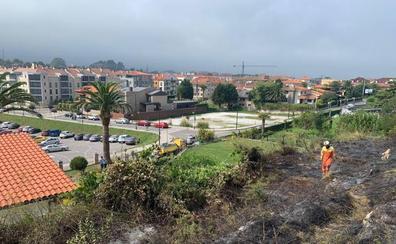 Un incendio quema parte de una finca en el paseo de San Pedro de Llanes