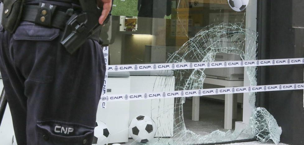Roban en una tienda de telefonía de Pola de Siero tras romper el escaparate con un bloque de hormigón