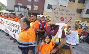 La plantilla de Vesuvius marcha por Langreo contra el cierre de la planta