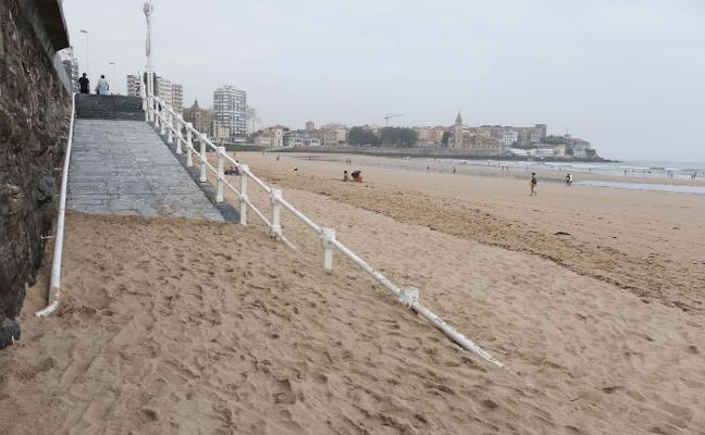 Las mareonas empujan la arena hasta el Muro