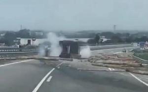 Cortada la A-8 a la altura de Jarrio por el vuelco de un camión