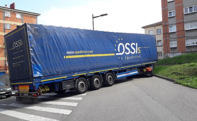Tráiler atascado en La Tejerona, Gijón