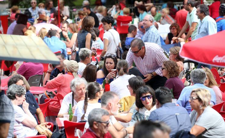 El bollo resiste a la lluvia el día grande de las fiestas de San Mateo en Oviedo