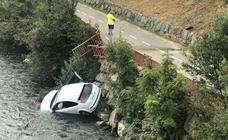 Cae al río Nalón desde la carretera AS-117 en El Entrego