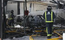 Un incendio en Meres arrasa con un taller de chapa y pintura