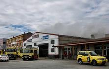 Amplio dispositivo para sofocar el incendio de un taller en Meres
