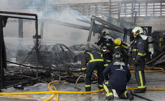 Un incendio arrasa un taller de chapa y pintura en el polígono de Meres