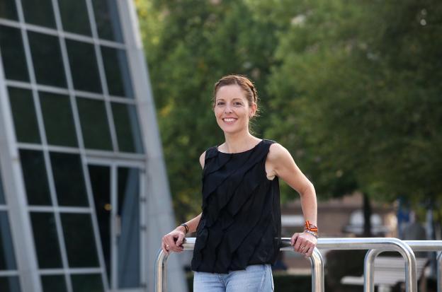 Laura Collado, en Oviedo, antes de iniciar la Escuela de Familias de la asociación. / ÁLEX PIÑA
