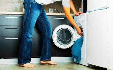 Los consejos de la OCU para limpiar la lavadora y evitar mal olor y suciedad en la ropa