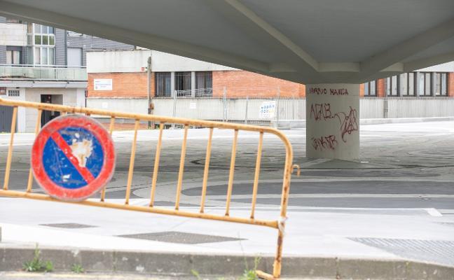 La plaza del Paraguas amanece con pintadas a los dos meses de su reforma