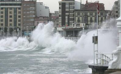 Asturias, en alerta por olas de hasta cinco metros