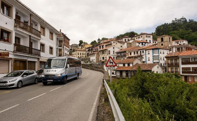 Los usuarios del autobús lanzadera de Lastres aumentan hasta los 17.500