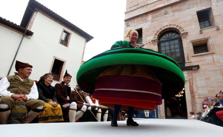 Pasarela de trajes tradicionales en Grado