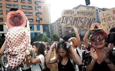 Piden penas de prisión cárcel y 3.000 euros de multa para tres activistas de la procesión del 'coño insumiso'