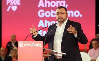 Un joven 'trolea' el mitin de Barbón en Oviedo con una camiseta a favor de Trump