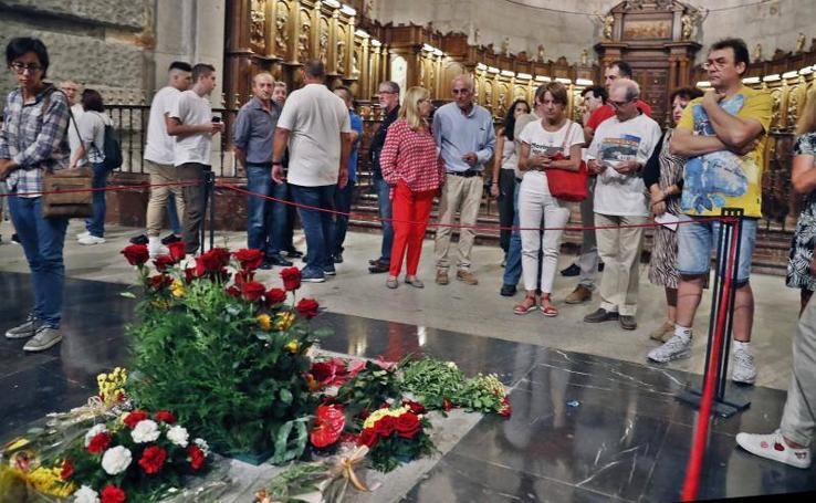 Multitud de visitas a la tumba de Franco, a la espera de la exhumación