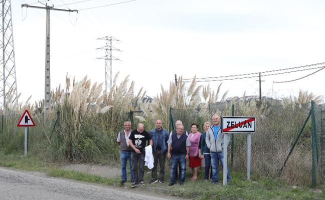 Los vecinos de Zeluán denuncian la «desidia de Costas» con el plumero