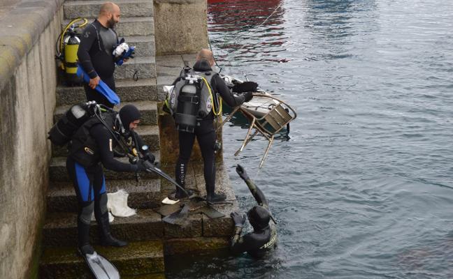 Sacan 400 kilos de basura del fondo del puerto de Cudillero
