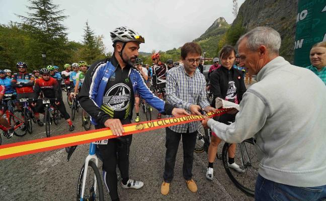 Más de 130 cicloturistas recorren Cabrales