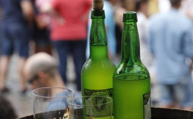 Botellas de sidra y copa