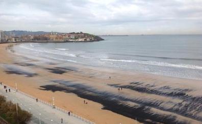El eterno retorno de las manchas de carbón a la playa
