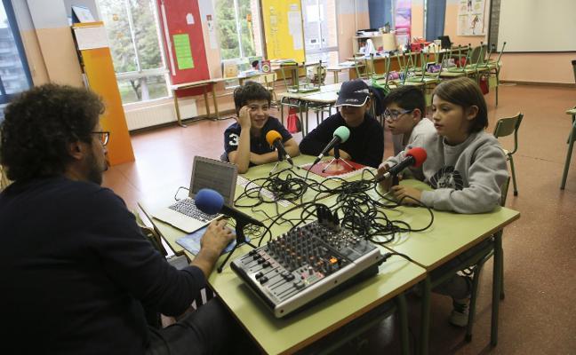 'La Radio del Cole' forma a pequeños periodistas en el Hermanos Arregui