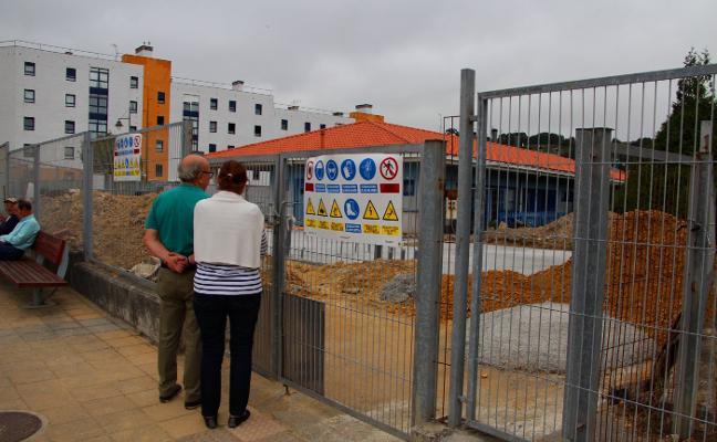 La paralización de las obras de la escuela infantil de Luanco indigna a los padres