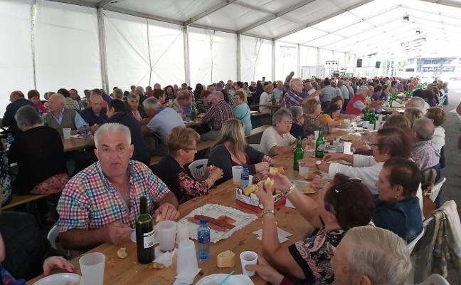 Cuatrocientos jubilados piloñeses se dan cita en la Espicha de la Avellana