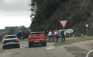 Un accidente entre dos ciclistas en Pravia se salda con un herido