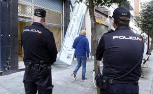 Herido un trabajador al caer de una escalera mientras instalaba un rótulo comercial en Gijón