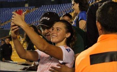 Indignación en México: un aficionado le pide un selfie a una futbolista y aprovecha para tocarle el pecho