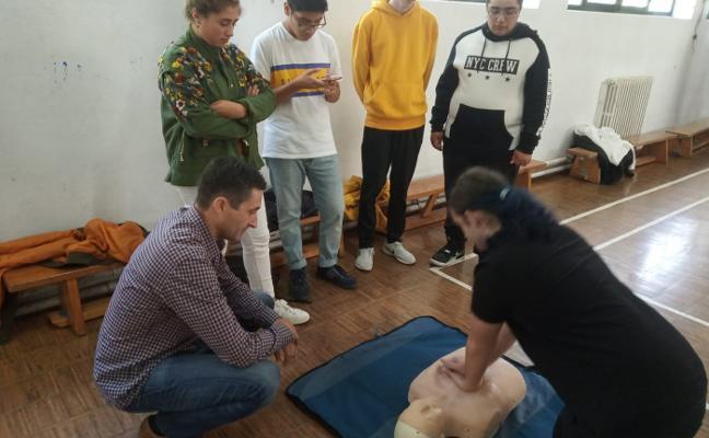 Los alumnos del Foro Comunicación aprenden a practicar la RCP