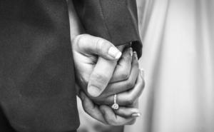 Una mujer pilla a su novio violando a una dama de honor en la preboda y se casa con él 48 horas después