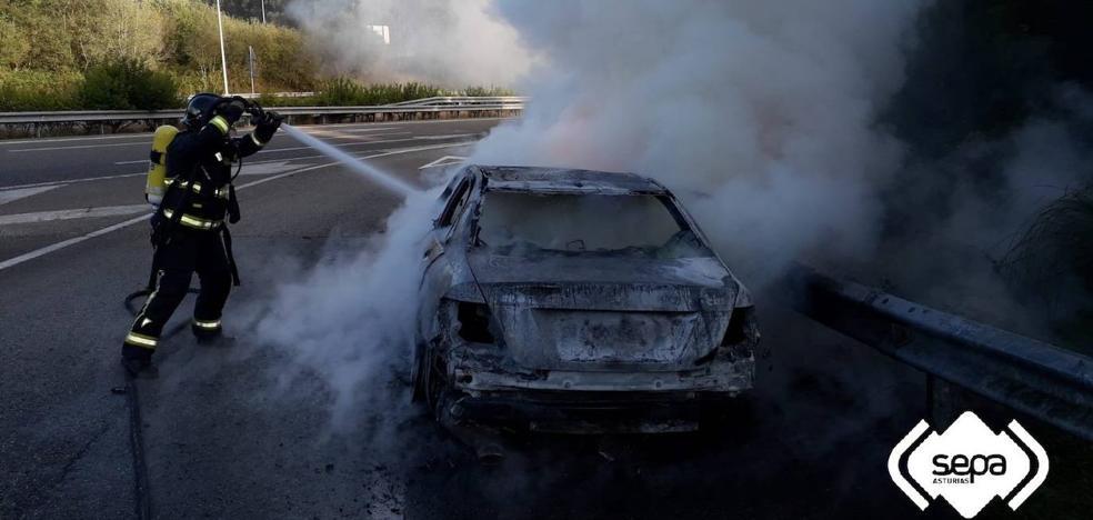 Arde un coche en la A-8 a su paso por Colunga