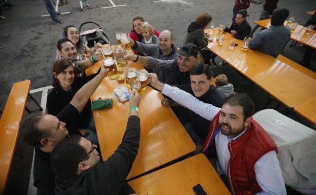 Cerveza a raudales en el Oktoberfest de Langreo