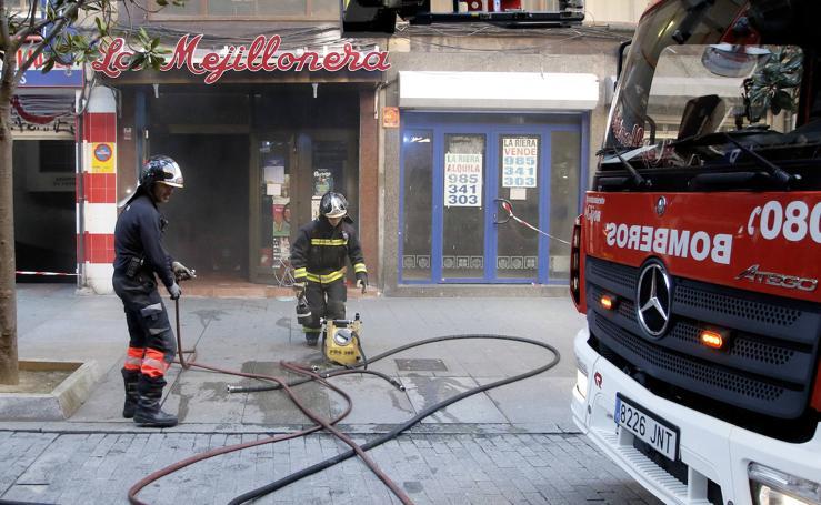 Un herido en un incendio en La Mejillonera, en Gijón
