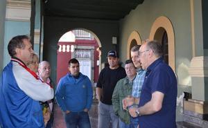 El comercio de Tineo pide reabrir el tráfico en el centro de la villa los jueves de mercado