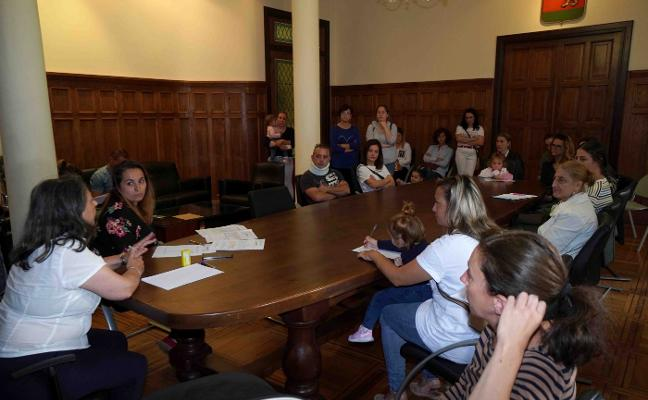 «Llevamos tres semanas y no nos dan solución a la falta de educadoras en Posada»