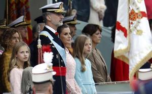Aplausos al Rey, abucheos a Sánchez y un accidente paracaidista en la Fiesta Nacional