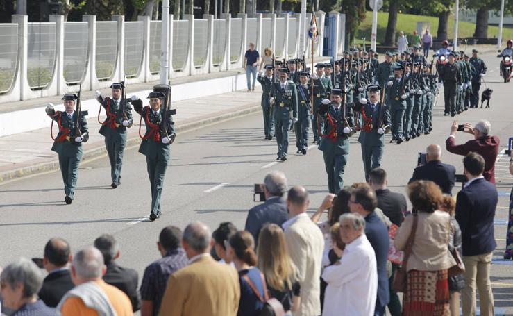 Distinciones y desfile de la Guardia Civil en Gijón