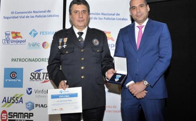 El jefe de la Policía Local de Grado recibe la medalla de oro a la seguridad vial