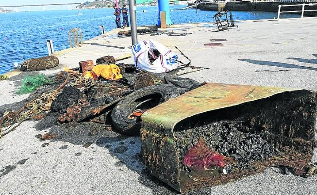 Extraen 500 kilos de basura del puerto en Castropol