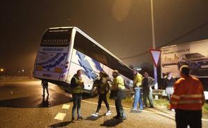 Un autobús con 34 pasajeros se accidenta a la entrada de Gijón