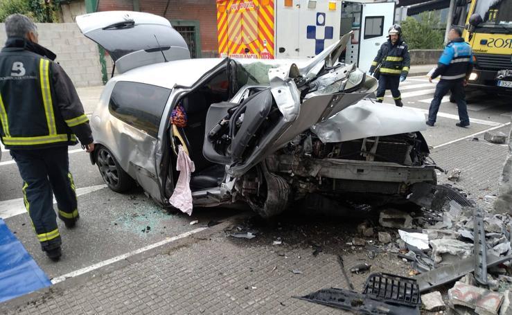 Dos heridos en Mieres tras empotrar su coche contra un muro