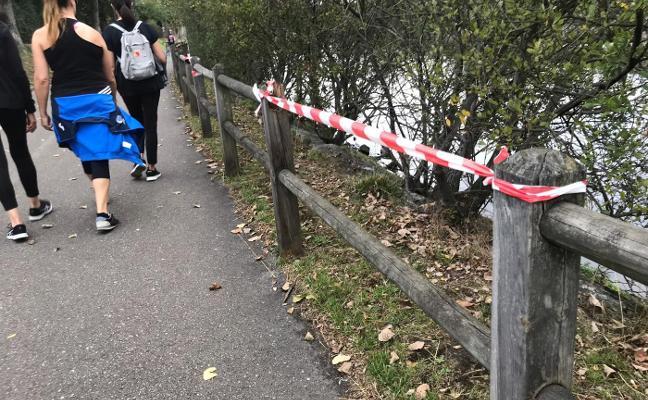 Los vecinos denuncian la falta de barandillas en el paseo de la ría