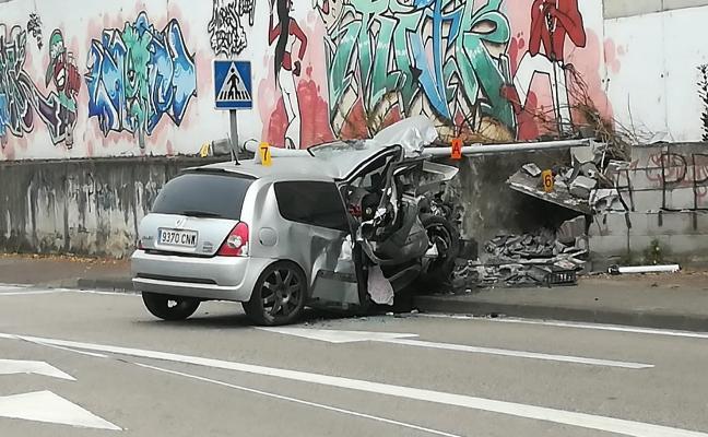 Heridos graves dos jóvenes tras chocar con su coche contra un muro en Mieres