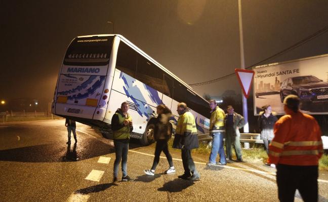 Un autobús con 34 pasajeros se sale de la vía y queda encaramado en el quitamiedos en Gijón