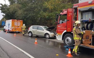 Herida tras estrellarse en los accesos a la autopista de la Ronda Sur de Oviedo