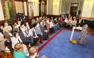 El uso del asturiano en el acto del Día de las Escritoras reabre la polémica sobre su uso en la Junta General